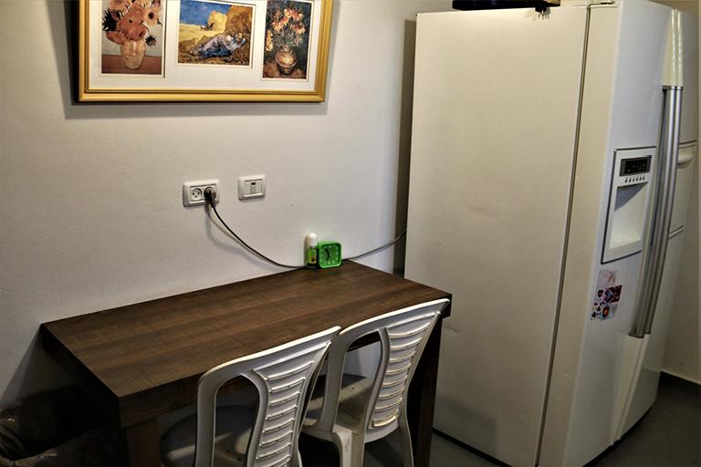 חדר מטיילים עם מקרר