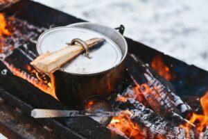 כלים לארוחה בחיק הטבע